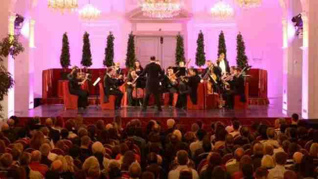 美泉宫管弦乐团在维也纳橙厅的一场音乐会上。