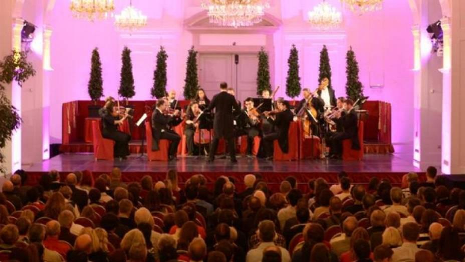 Das Schloss Schönbrunn Orchester bei einem Konzert in der Orangerie Schönbrunn Wien.