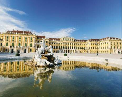 一个夏日的维也纳美泉宫。宫殿,前面是喷泉。