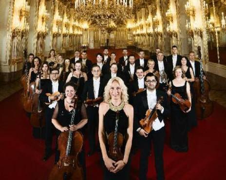 シェーンブルン宮殿劇場管弦楽団の全楽員。ウィーン・シェーンブルン宮殿のホールで。