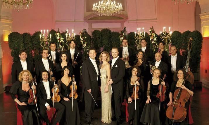 Los músicos de la orquesta del Palacio de Schönbrunn con el director y una pareja de bailarines. Sacada en la Orangerie del Palacio de Schönbrunn en Viena