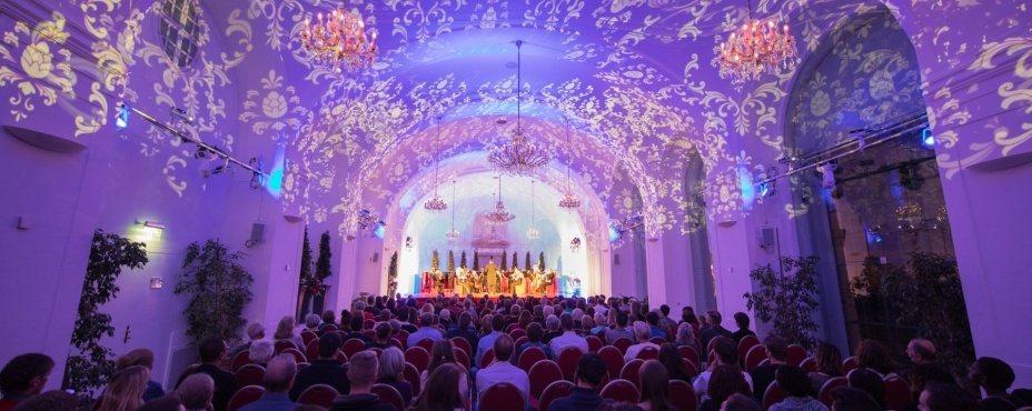 オーケストラから見たウィーン・オランジェリーでのシェーンブルン宮殿コンサートの観客の様子。指揮者が見るオーケストラの様子がわかります。