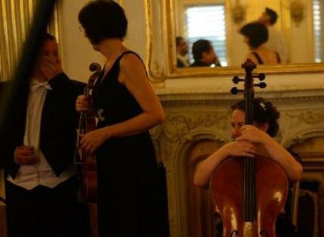 Die Musiker des Schloss Schönbrunn Orchesters in der Pause, sie warten in der Orangerie Schönbrunn.