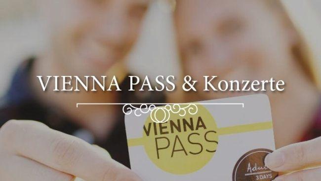 2 Konzert-Besucher zeigen den Vienna-Pass, mit dem Sie über 60 Attraktionen Wiens besuchen können.