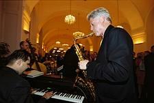 Bill Clinton spiel Saxophon in der Orangerie Schönbrunn in Wien