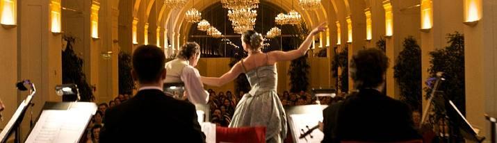 Tanz beim Konzert. Aufnahme aus dem Konzertbereich in Richtung des Publikums