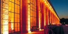 Die Orangerie bei einem Event bei Nacht, beleuchtet.