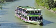 Das Schiff auf der Donau bei der Donaurundfahrt