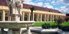 Die Orangerie aus dem Garten des Schloss Schönbrunn in Wien.